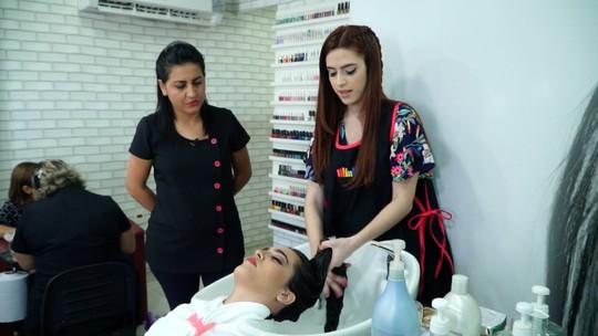 Dupla Identidade: Huma Kimak vive um dia de cabeleireira e manicure