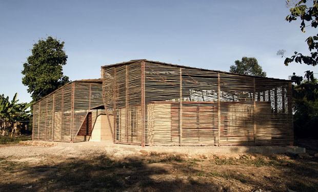Escola na Tailândia é construída com materiais naturais e técnicas locais (Foto: Divulgação)