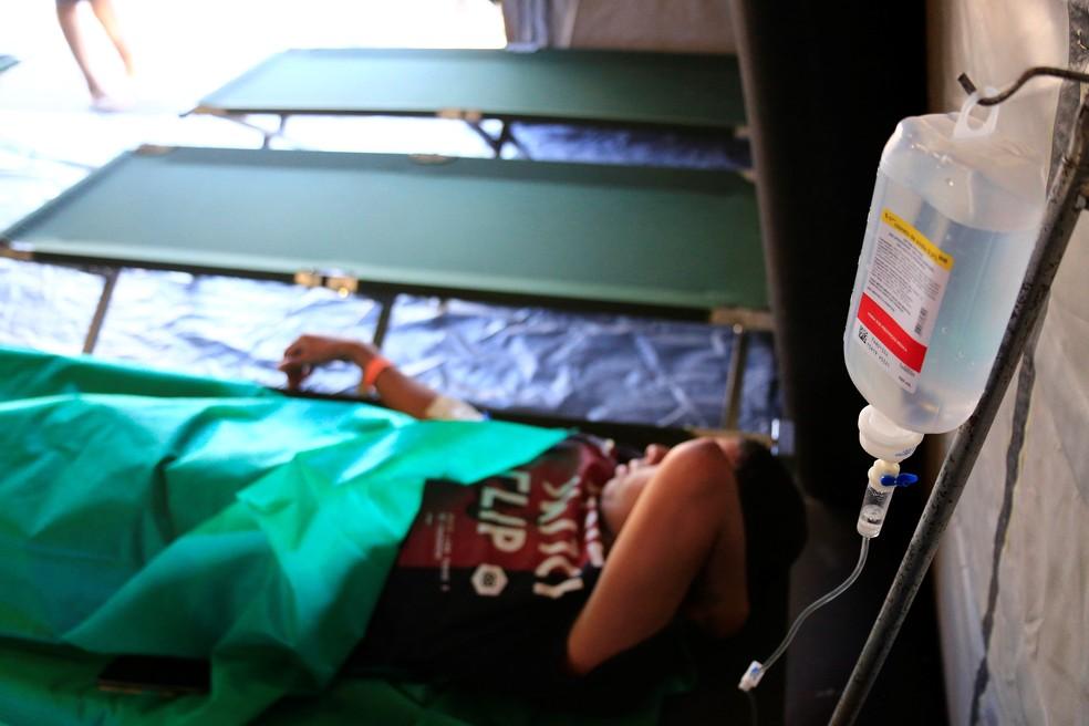 Paciente com suspeita de dengue recebe soro em tenda de hospital de campanha montada no DF — Foto: Breno Esaki/Saúde-DF