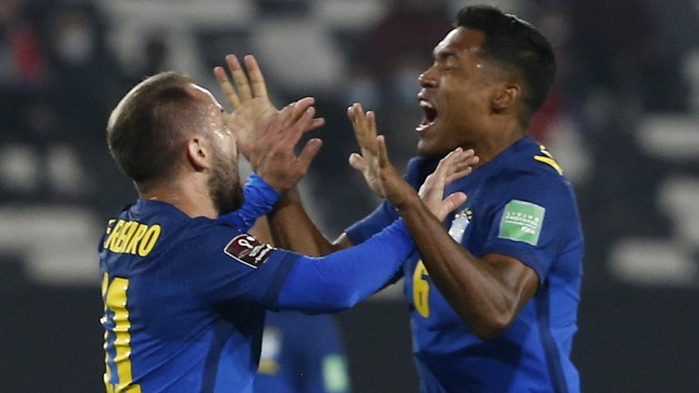 Everton Ribeiro comemora com Alex Sandro gol do Brasil sobre o Chile