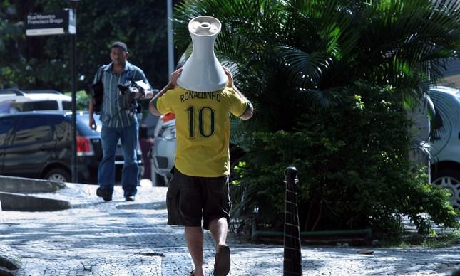 Apoiador de presidente caminha para uma 'cocociata' em apoio ao intestino do presidente