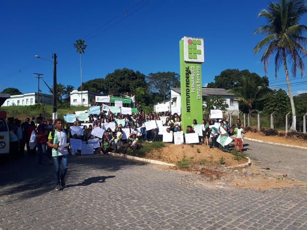 Estudantes do IFPE de Barreiros realizaram protesto contra cortes na educação e pedindo manutenção da unidade, nesta quarta-feira (15) — Foto: Reprodução/WhatsApp