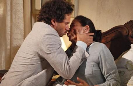 No sábado (8), Guaracy (Paulo Rocha) Griselda vão se beijar Reprodução
