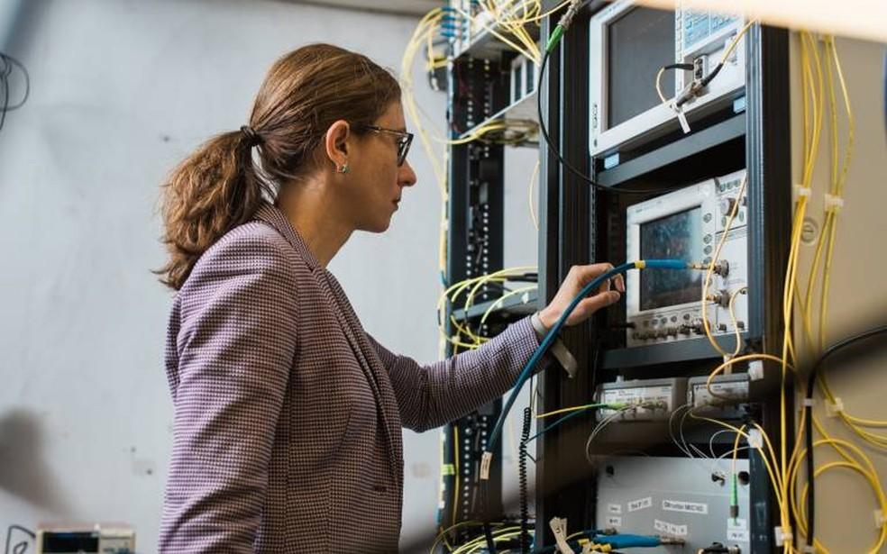 Pesquisadora Lídia Galdino obteve o recorde de transmissão de dados em fibra óptica. — Foto: James Tye/UCL