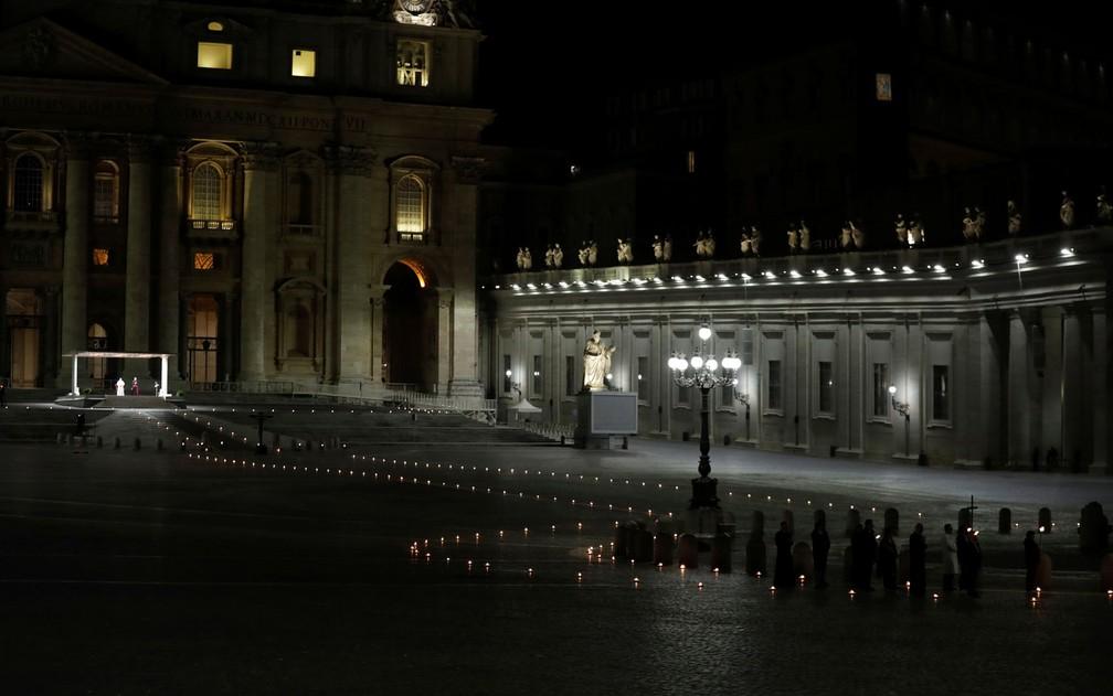 Papa Francisco lidera a procissão de Via Crucis durante a celebração da Sexta-Feira Santa em frente a basílica de São Pedro, no Vaticano, em 10 de abril — Foto:  Andrew Medichini/Pool via Reuters