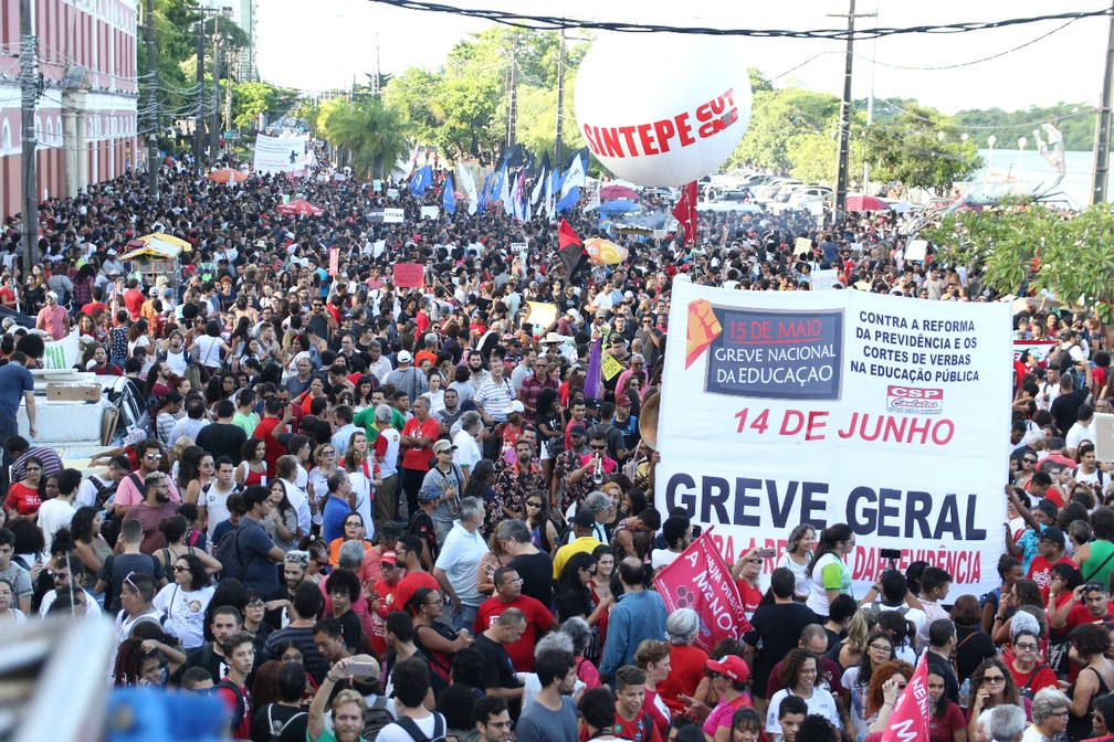 Ginásio Pernambucano, no Centro do Recife, foi ponto de concentração para manifestação contra o corte de verbas na educação — Foto: Marlon Costa/Pernambuco Press