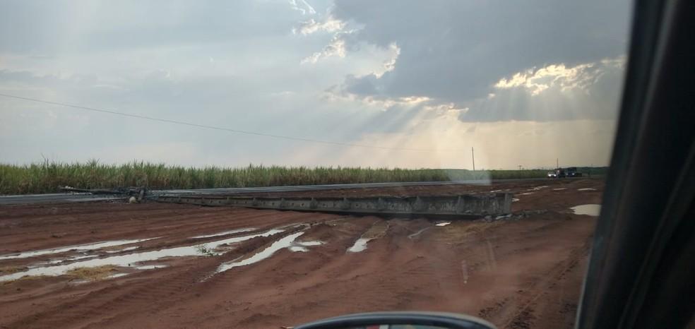 Tempestade acompanhada de ventos fortes gerou danos a uma linha de transmissão de energia ao longo da MT-343, neste domingo (12), na região do município de Denise, em Mato Grosso — Foto: Energisa