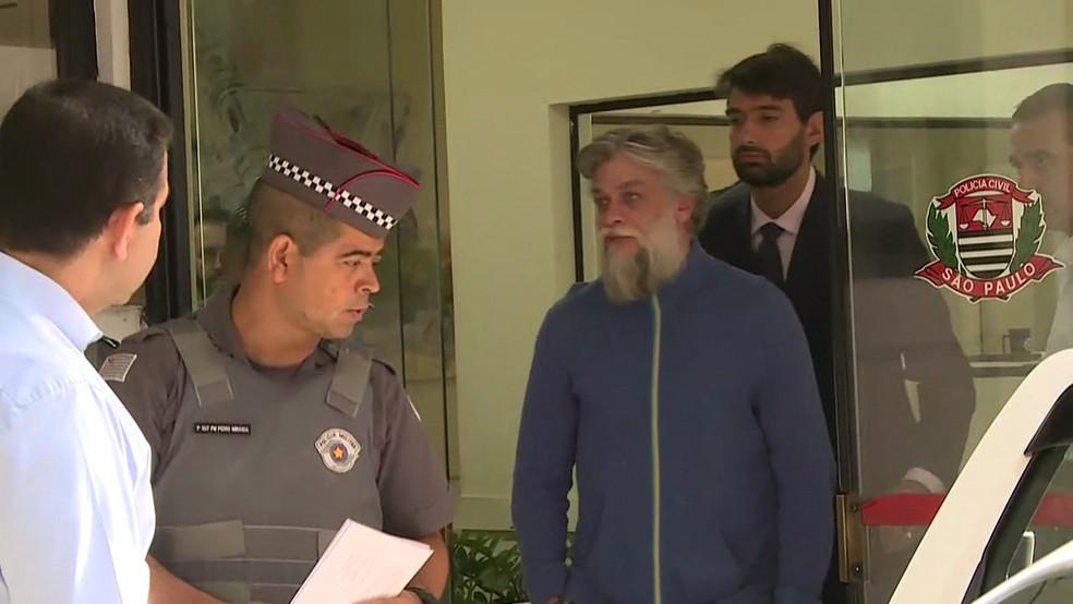 Fábio Assunção deixa o 78º Distrito Policial, em São Paulo (Foto: David Irikura/TV Globo)