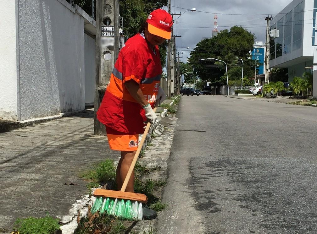 Vassouras ecológicas são usadas na varrição das ruas de João Pessoa (Foto: Renato Brito/Emlur)