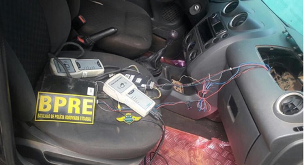 Dois equipamentos foram localizados dentro do painel, na parte onde fica o air bag.  (Foto: PRE/Divulgação)