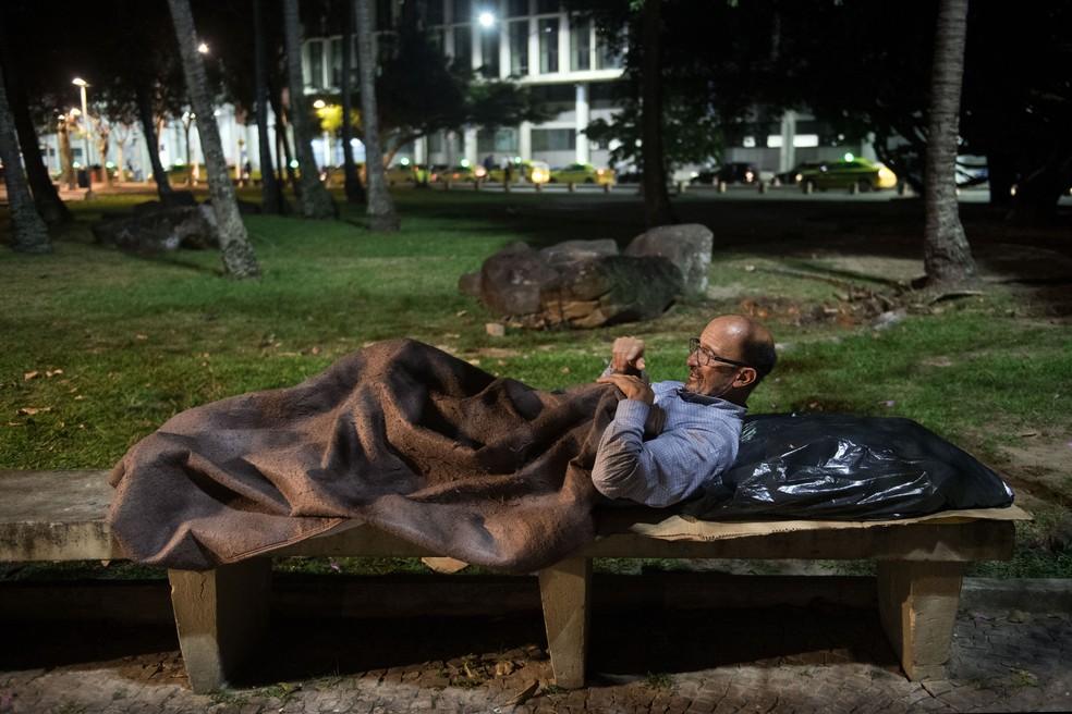 Foto de Vilmar dormindo na rua de roupa social teve repercussão internacional (Foto: Mauro Pimentel/AFP)