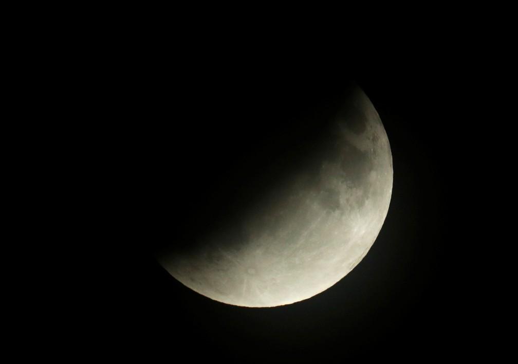 Eclipse lunar parcial avança no céu de Berlim, Alemanha, em 16 de julho — Foto: Fabrizio Bensch/Reuters