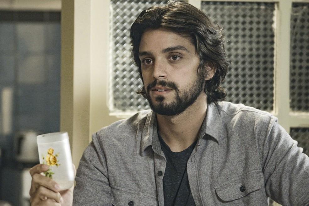 Rodrigo Simas em cena como Alejandro, em 'Salve-se Quem Puder' — Foto: Globo
