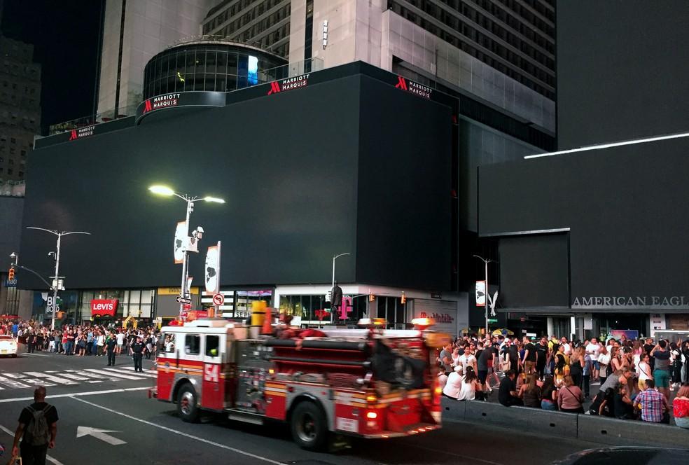 Parte dos paineis luminosos da Times Square foi atingida pelo blecaute que ocorre em Nova York neste sábado (13). — Foto: Thomas Urbain/AFP