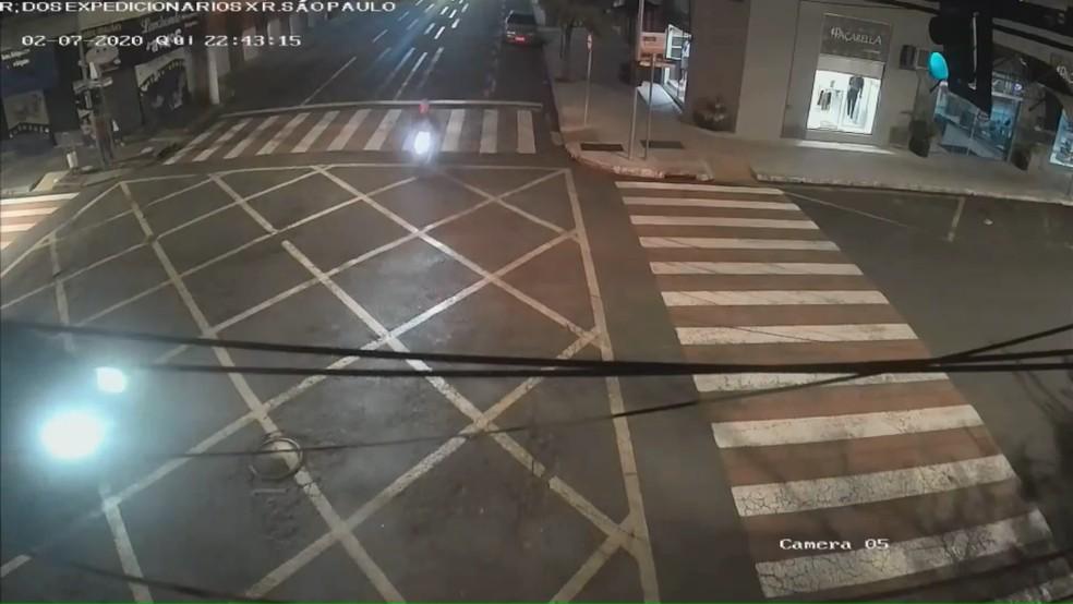 Nas imagens dá para ver que o semáforo estava verde para o motorista do carro — Foto: Reprodução