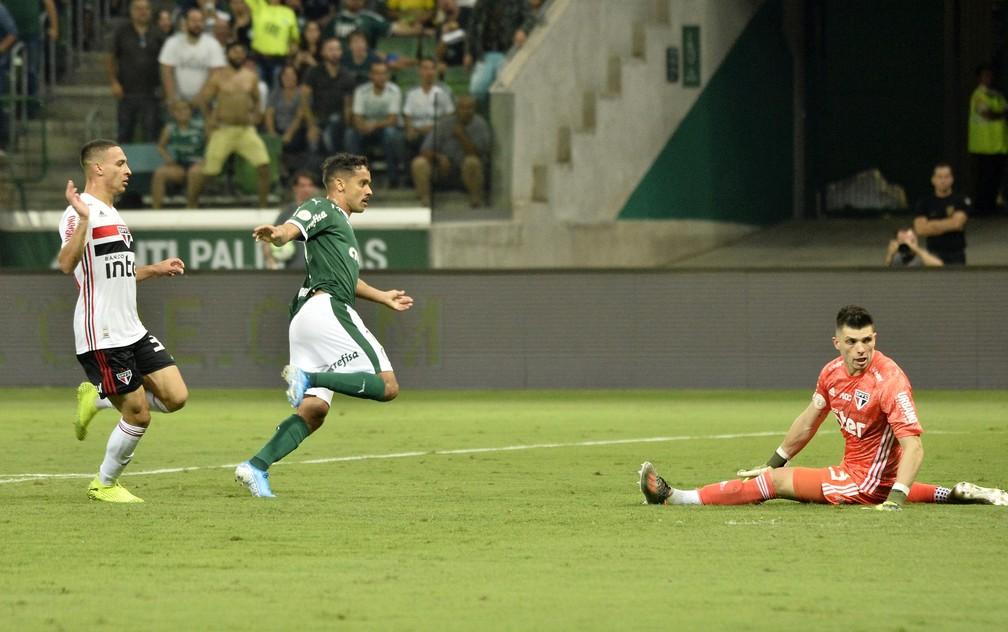 Gustavo Scarpa faz o terceiro gol do Palmeiras contra o São Paulo — Foto: Marcos Ribolli