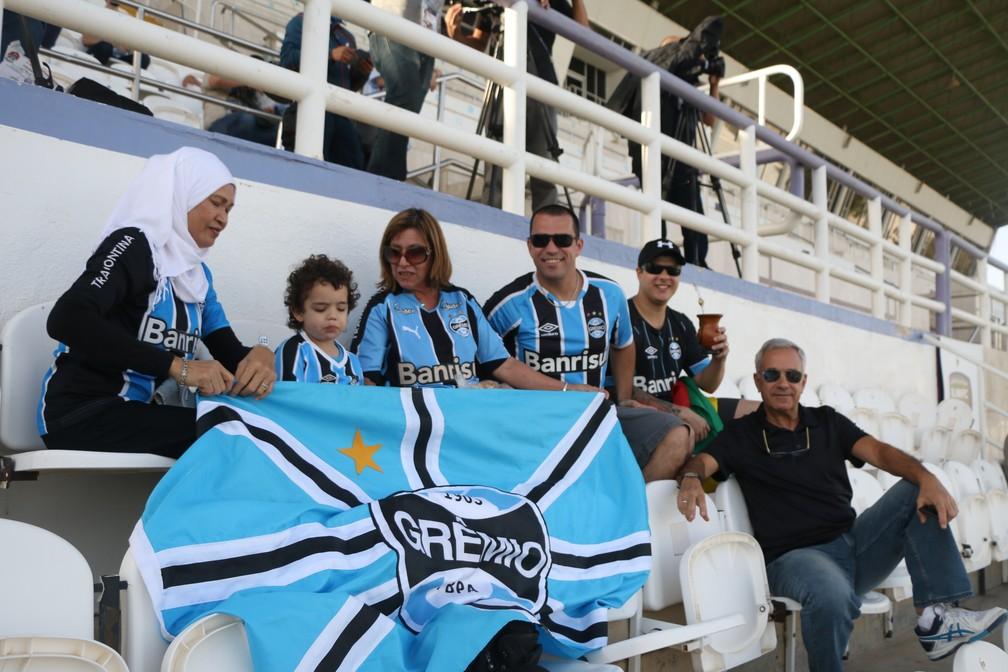 Daniel com a família durante o treino do Grêmio em Al Ain (Foto: Eduardo Moura)
