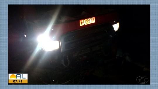 Tombamento de carreta deixa um morto na rodovia BR-101, em Alagoas