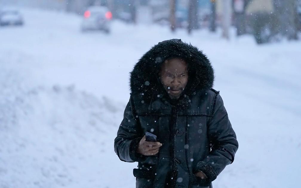 Homem caminha entre a neve em Englewood, Nova Jersey, na quinta-feira (17) — Foto: AP Photo/Seth Wenig