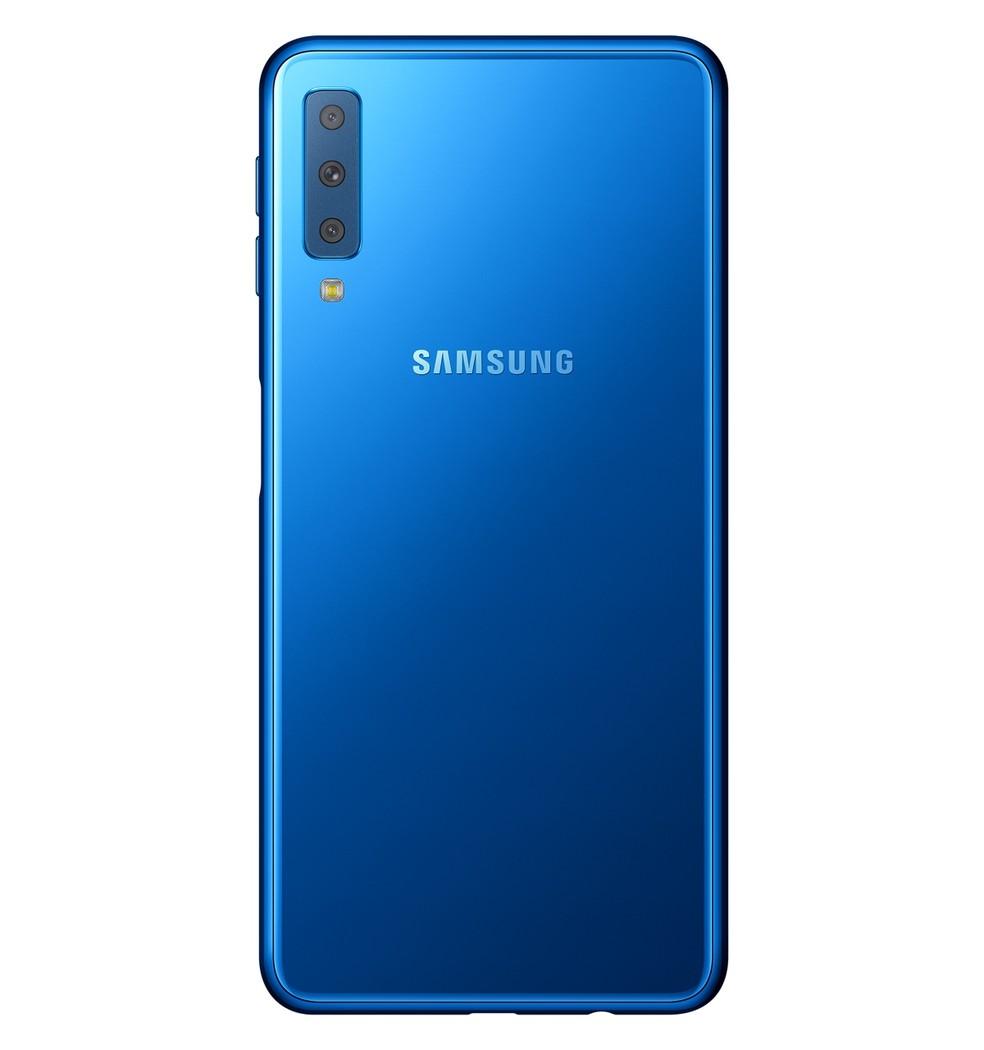 Galaxy A7 2018 na cor azul; smartphone também está disponível em preto e cobre — Foto: Divulgação / Samsung