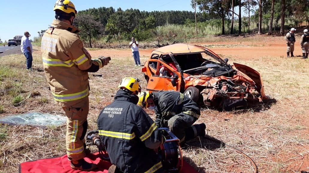 Colisão entre carro e caminhão deixa um morto e um ferido na MGC-497 em Uberlândia