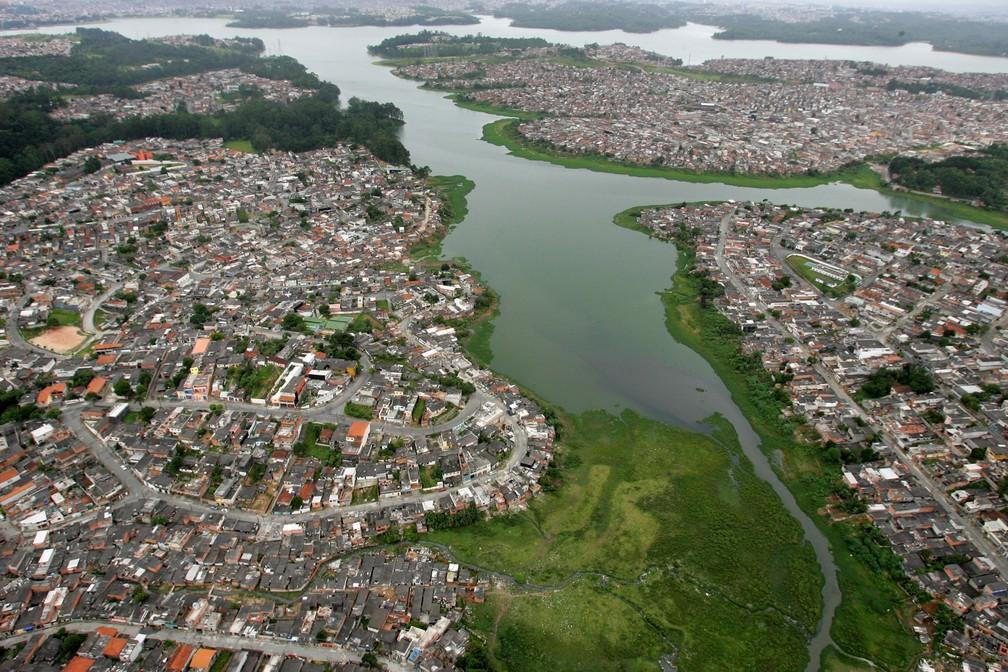 Vista aérea da região da represa Billings, em São Paulo. A imagem foi feita em dezembro de 2005 (Foto: SEBASTIÃO MOREIRA/ESTADÃO CONTEÚDO/ARQUIVO)