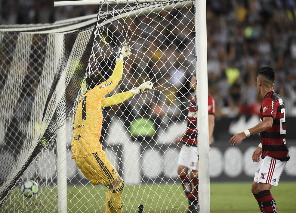 César observa bola entrar: goleiro sofreu dois na derrota para o Botafogo — Foto: André Durão/GloboEsporte.com