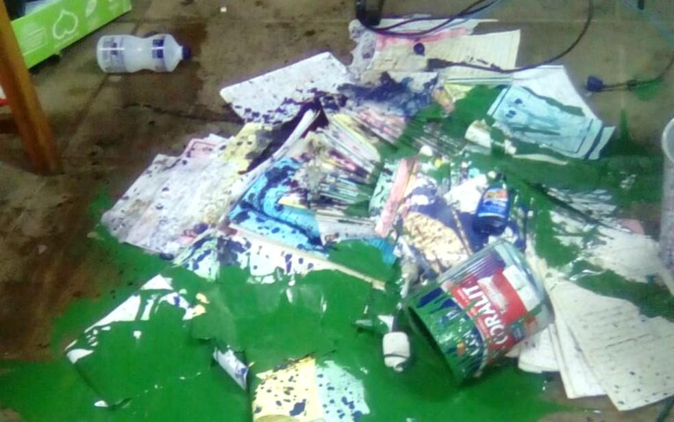 Bandidos derramaram álcool e tinta verde sobre diversos documentos (Foto: Arquivo pessoal)