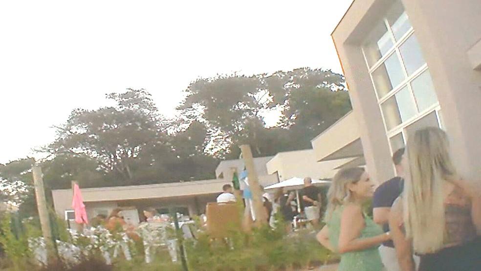 Convidados sem máscara no jardim da casa de Cláudio Castro — Foto: Júnior Alves/TV Globo