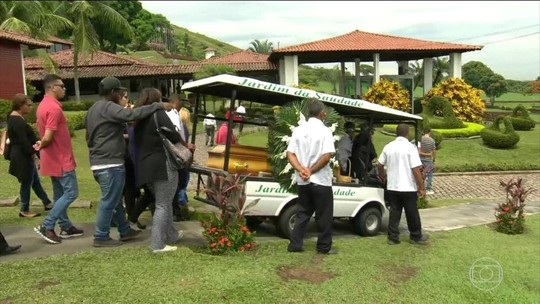 Morto após 'gravata' de vigilante de mercado é enterrado no Rio