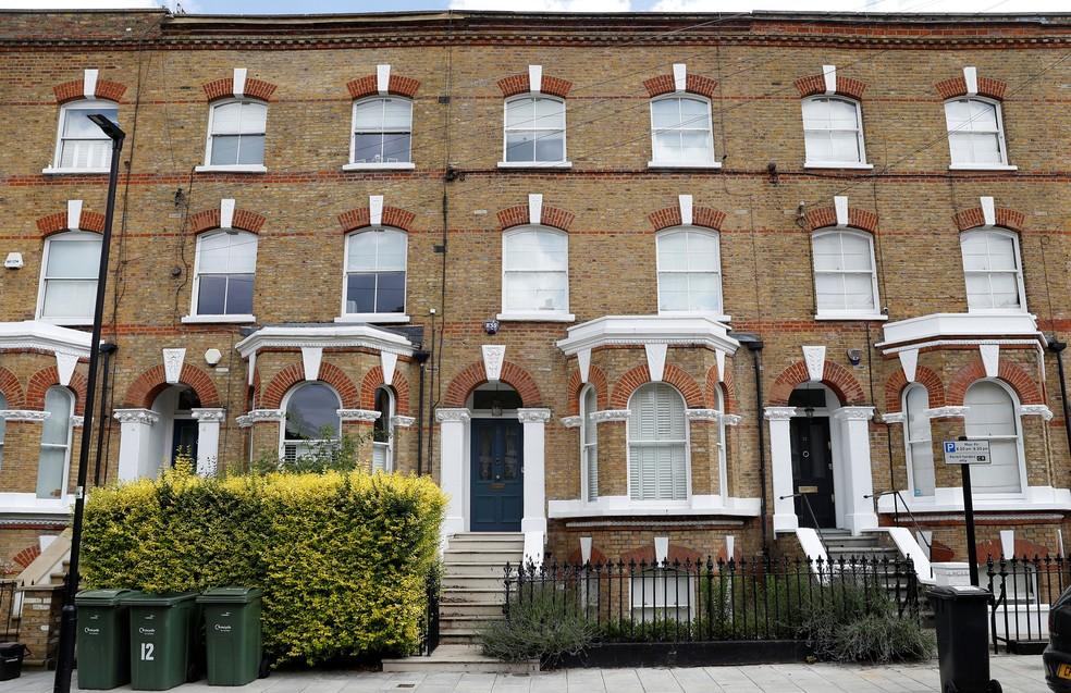 Vista geral do lado de fora de uma casa, em Londres, onde o corpo de um suposto passageiro clandestino caiu  — Foto: Peter Nicholls/ Reuters