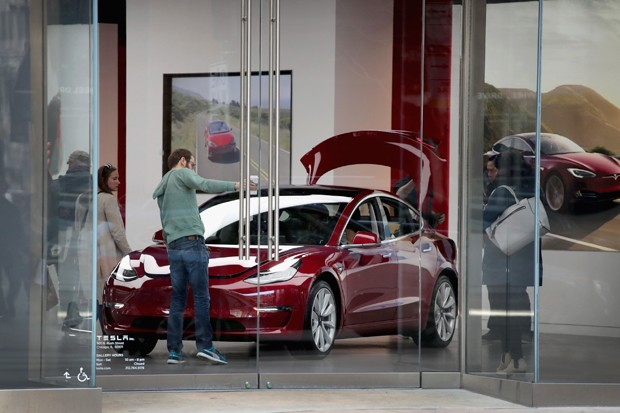 CHICAGO, IL - MARCH 30:  A Model 3 sits on the showroom floor at a Tesla dealership on March 30, 2018 in Chicago, Illinois. Tesla has announced it is recalling 123,000 of its Model S sedans due to a problem with power steering bolts.  (Photo by Scott Olso (Foto: Getty Images)