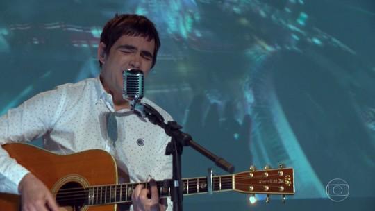 Samuel Rosa, do Skank, canta música do Fantástico nos 45 anos do programa