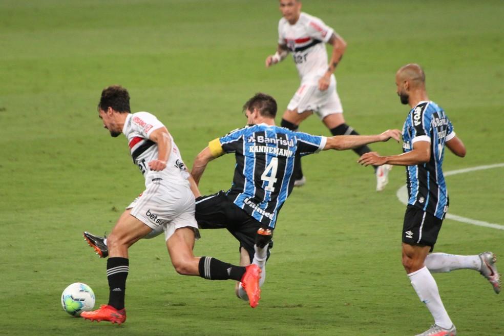Kannemann foi exemplo de dedicação em vitória do Grêmio — Foto: Eduardo Moura
