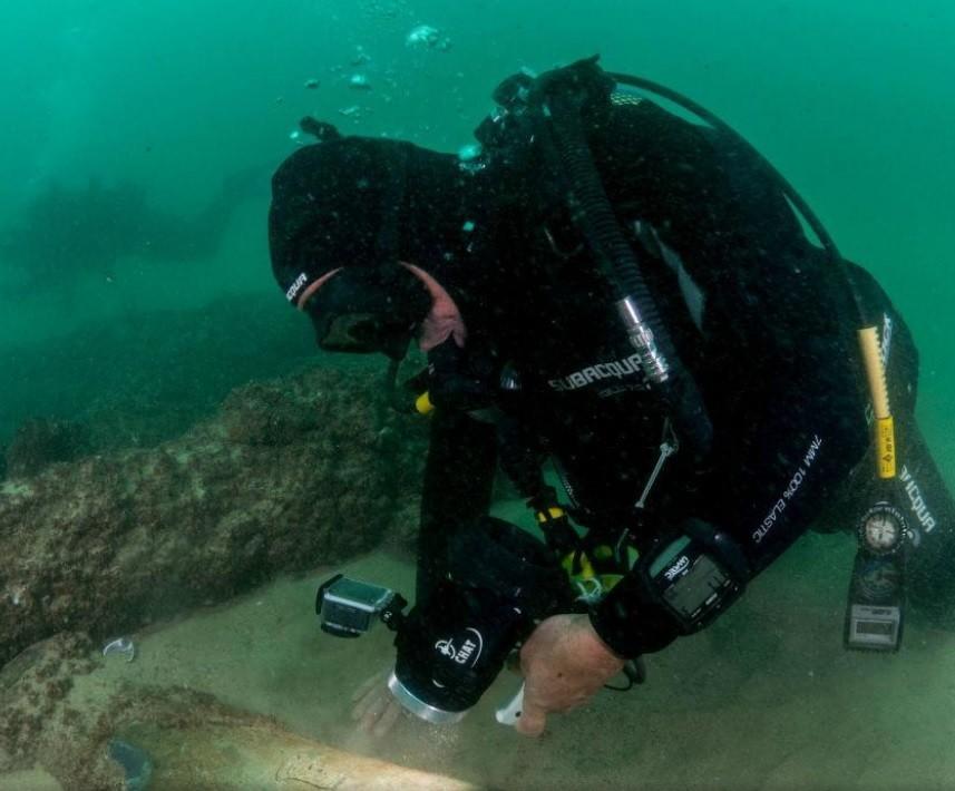 Mergulhador trabalha na exploração dos vestígios do navio (Foto: Divulgação)