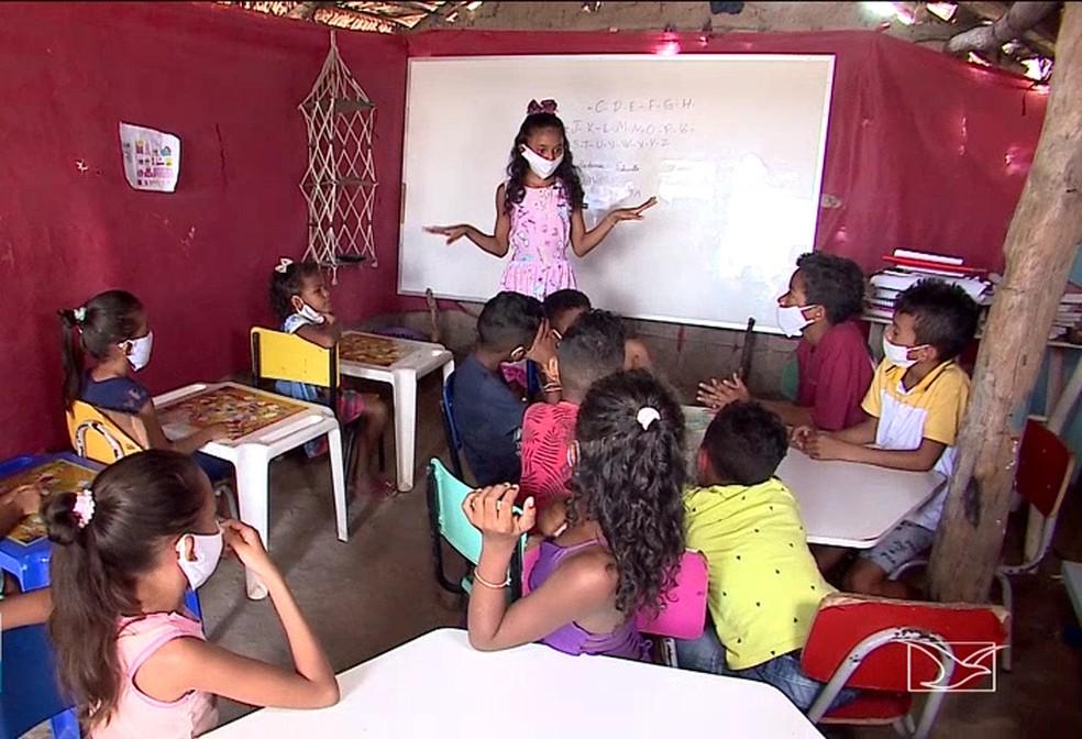 Aos 12 anos, menina monta escolinha improvisda em casa de barro e dá aula para alunos em Coelho Neto, no Maranhão — Foto: Reprodução/TV Mirante