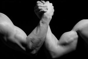 Luta de braço  (também conhecida como braço de ferro ou queda de braço) (Foto: Arquivo Google)