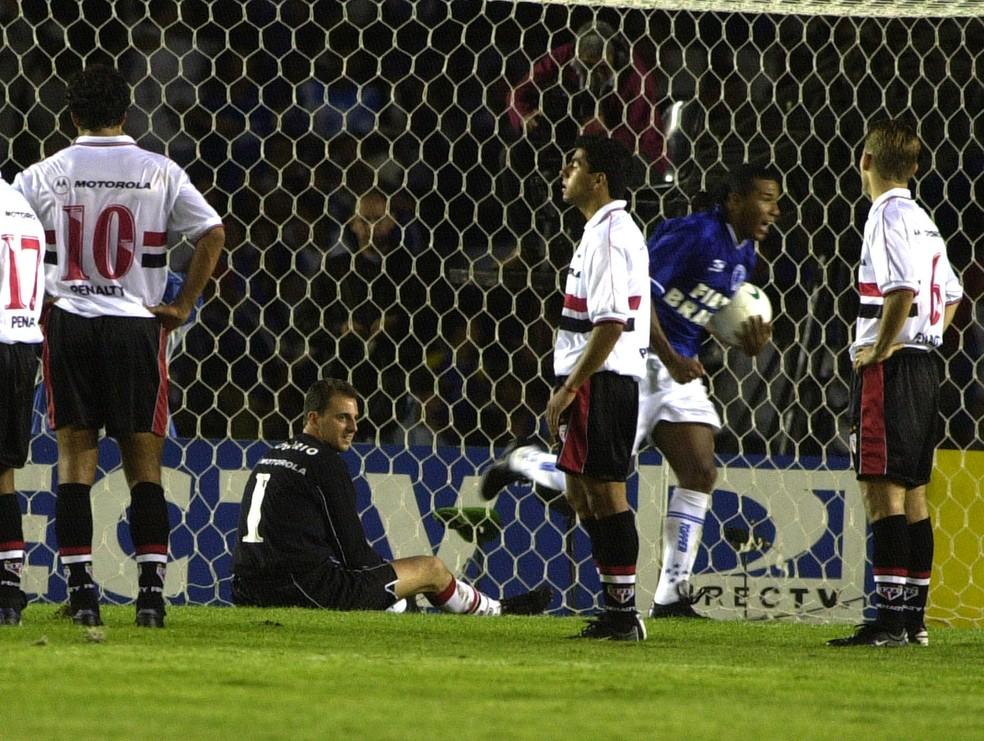 Oséas comemora gol em título da Copa do Brasil de 2000, sobre o São Paulo — Foto: Paulo Pinto / Estadão Conteúdo