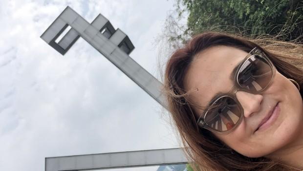 FERNANDA LOPES DE MACEDO THEES em frente a Seoul National University (Foto: Arquivo pessoal/Fernanda Lopes de Macedo Thees)