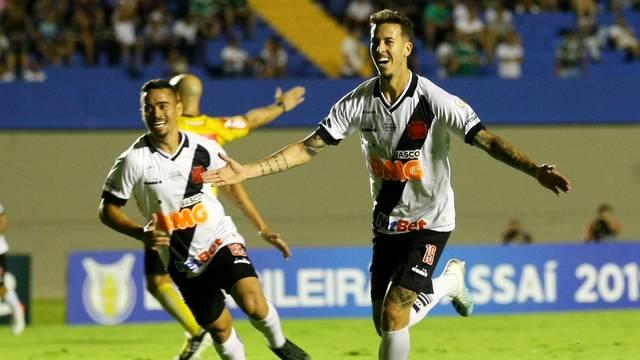Goiás 0 x 1 Vasco: Pikachu corre atrás de Marcos Júnior, autor do gol vascaíno