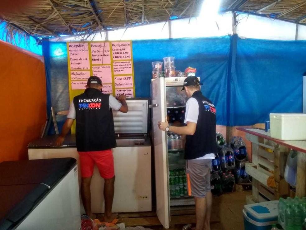 Refrigerantes e cervejas estavam entre produtos com prazo de validade vencido — Foto: Divulgação/Procon