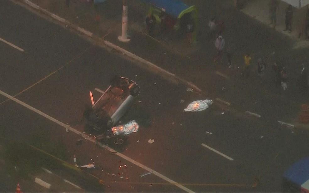 Carro capotou e deixou dois mortos em Carapicuíba (Foto: Reprodução/TV Globo)
