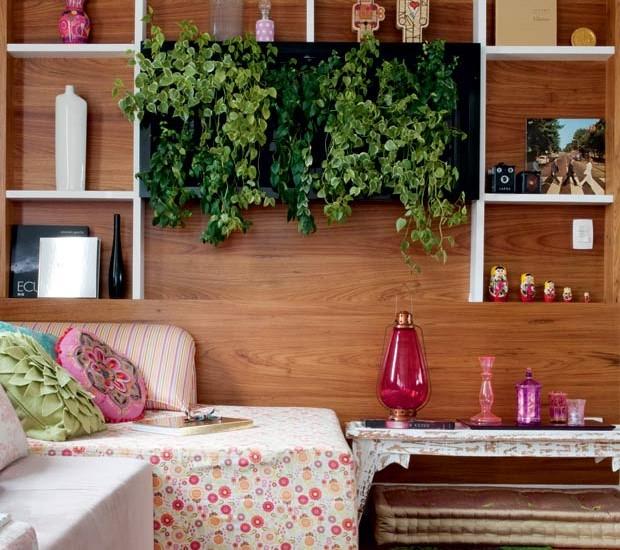 peperomia-painel-jardim-vertical-sala-de-estar-marcenaria Projeto da designer de interiores Amanda Borges (Foto: Marcelo Magnani/Editora Globo)