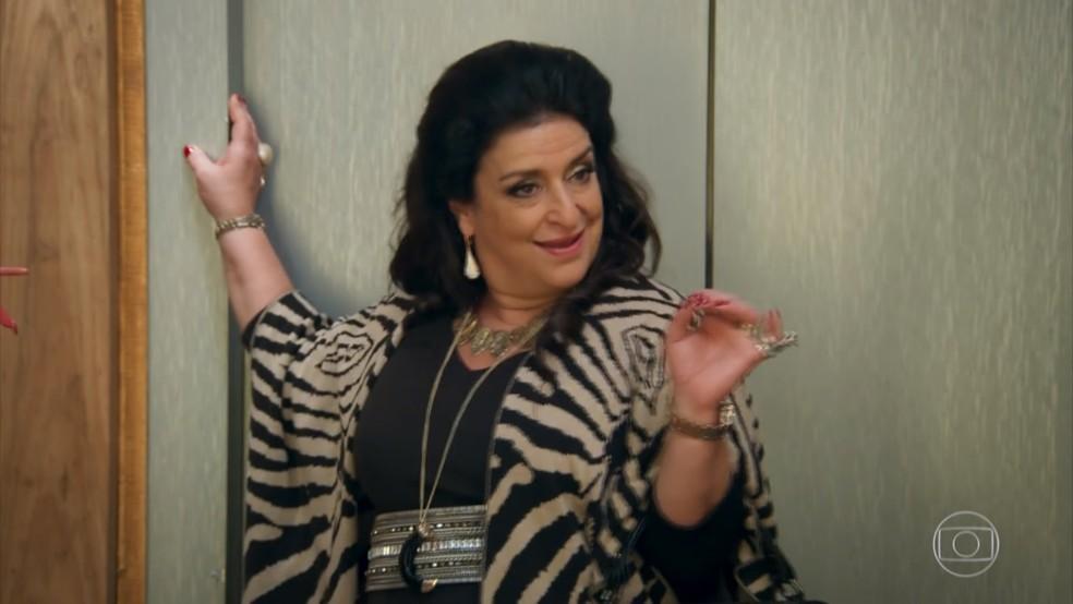 Teodora (Grace Gianoukas) trata Aparício (Alexandre Borges) como sua propriedade - 'Haja Coração' — Foto: Globo