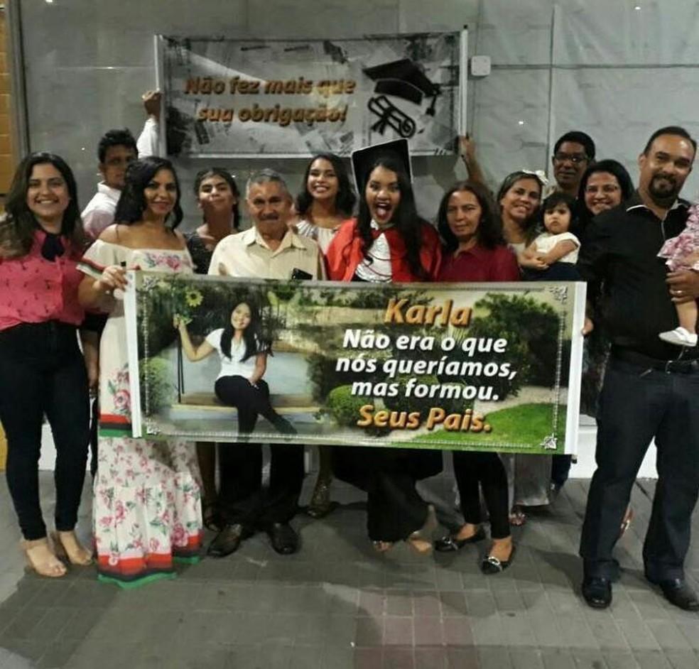 Família fez uma surpresa para a recém-formada (Foto: Divulgação/Arquivo Pessoal)