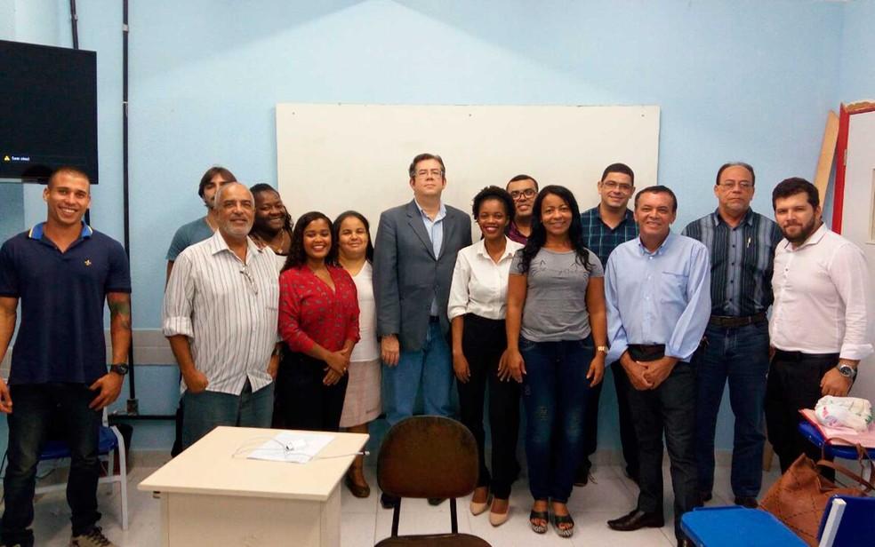 Maria Aloísia (calça preta e blusa branca) com os colegas da faculdade em Salvador (Foto: Arquivo Pessoal)