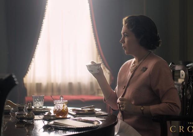 Olivia Colman como a Rainha Elizabeth na terceira temporada de The Crown (Foto: Twitter The Crown/ Reprodução)