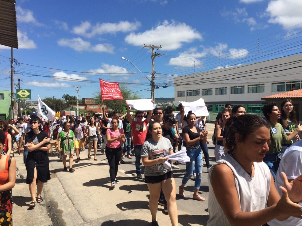 CAMPINA GRANDE, 10h45: Universitários saem da UFCG em caminhada em direção à Praça da Bandeira em protesto contra cortes na educação, nesta terça-feira (13) — Foto: Érica Ribeiro/G1