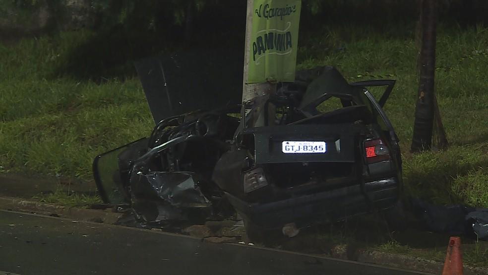 Com o impacto da batida, veículo ficou destruído; testemunhas disseram que motorista estava em alta velocidade — Foto: Reprodução/TV Globo