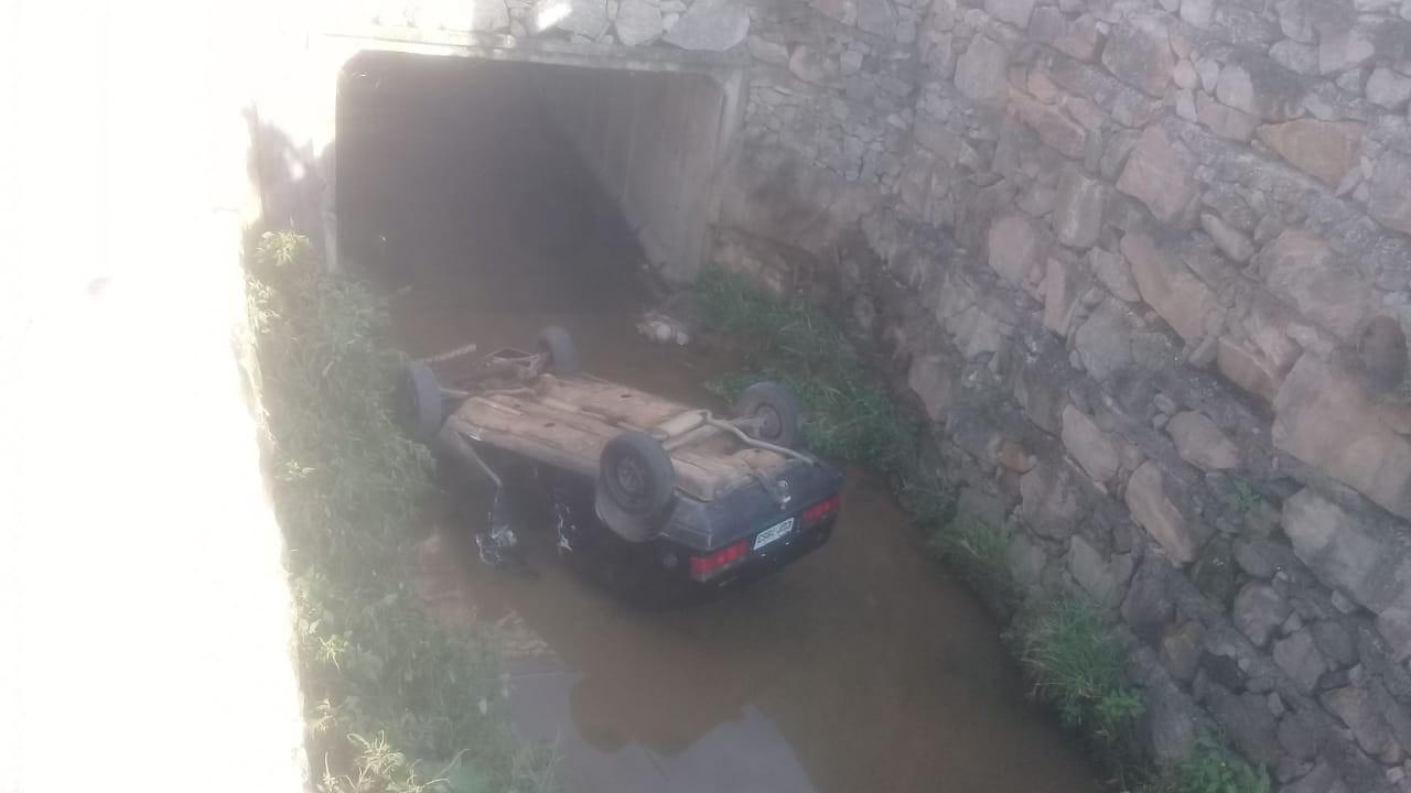 Homem cai com o carro em um córrego em Extrema, MG